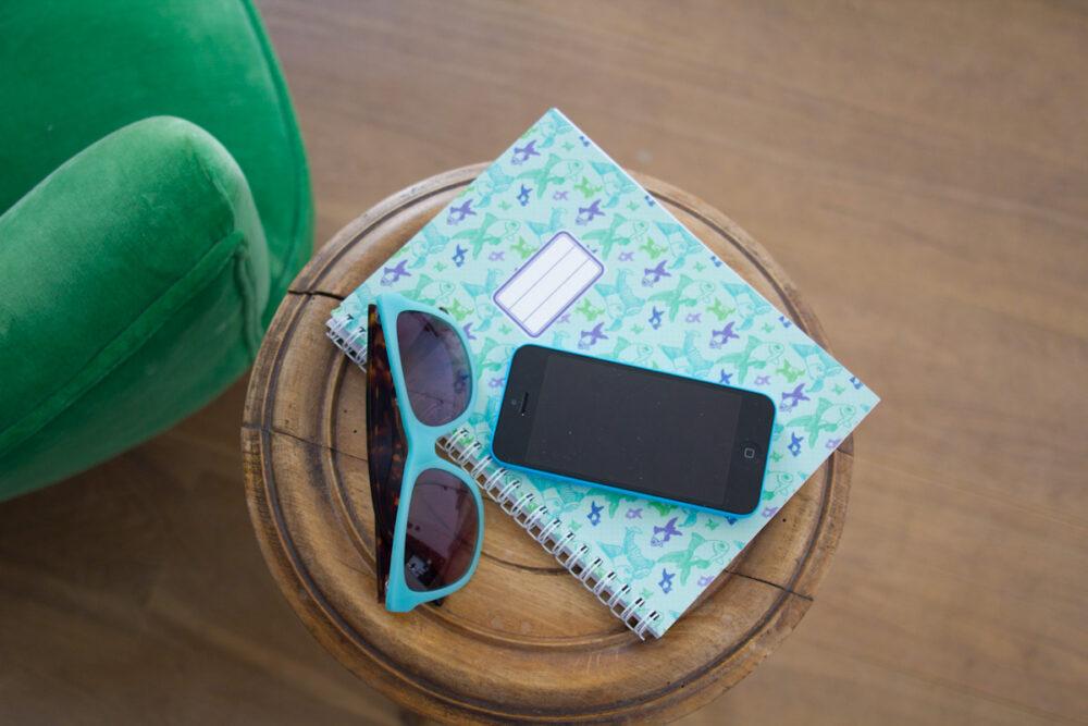 Ambiance de rentrée scolaire : cahier et lunettes de soleil