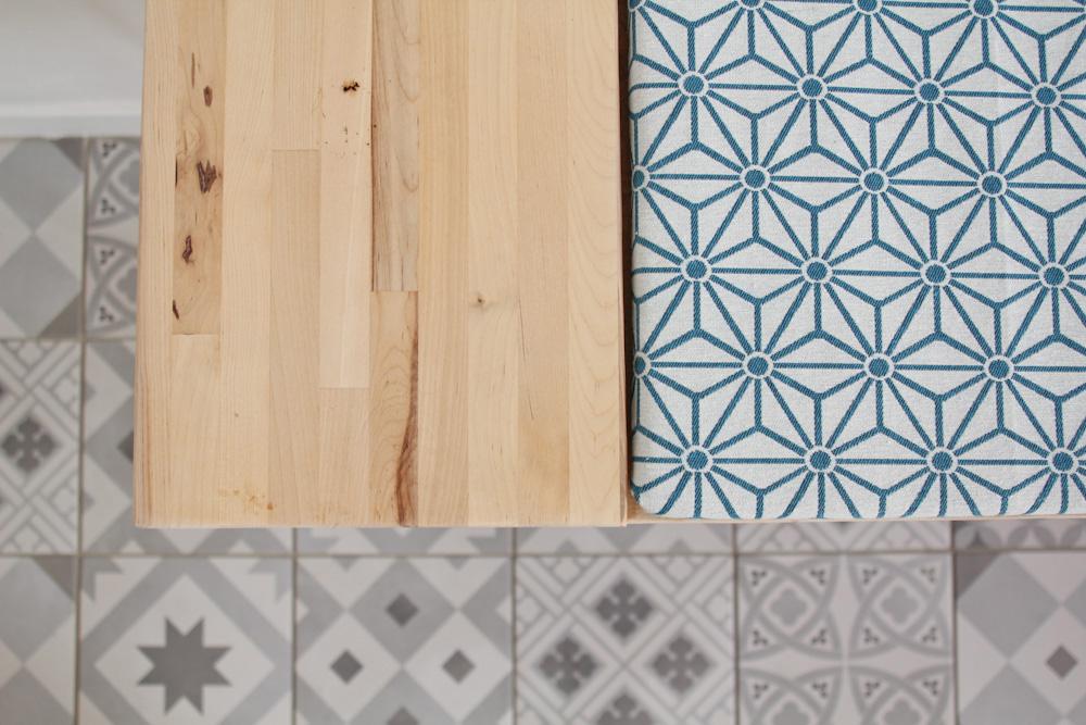Tissu graphique et bois clair : le bon mélange d'inspiration scandinave