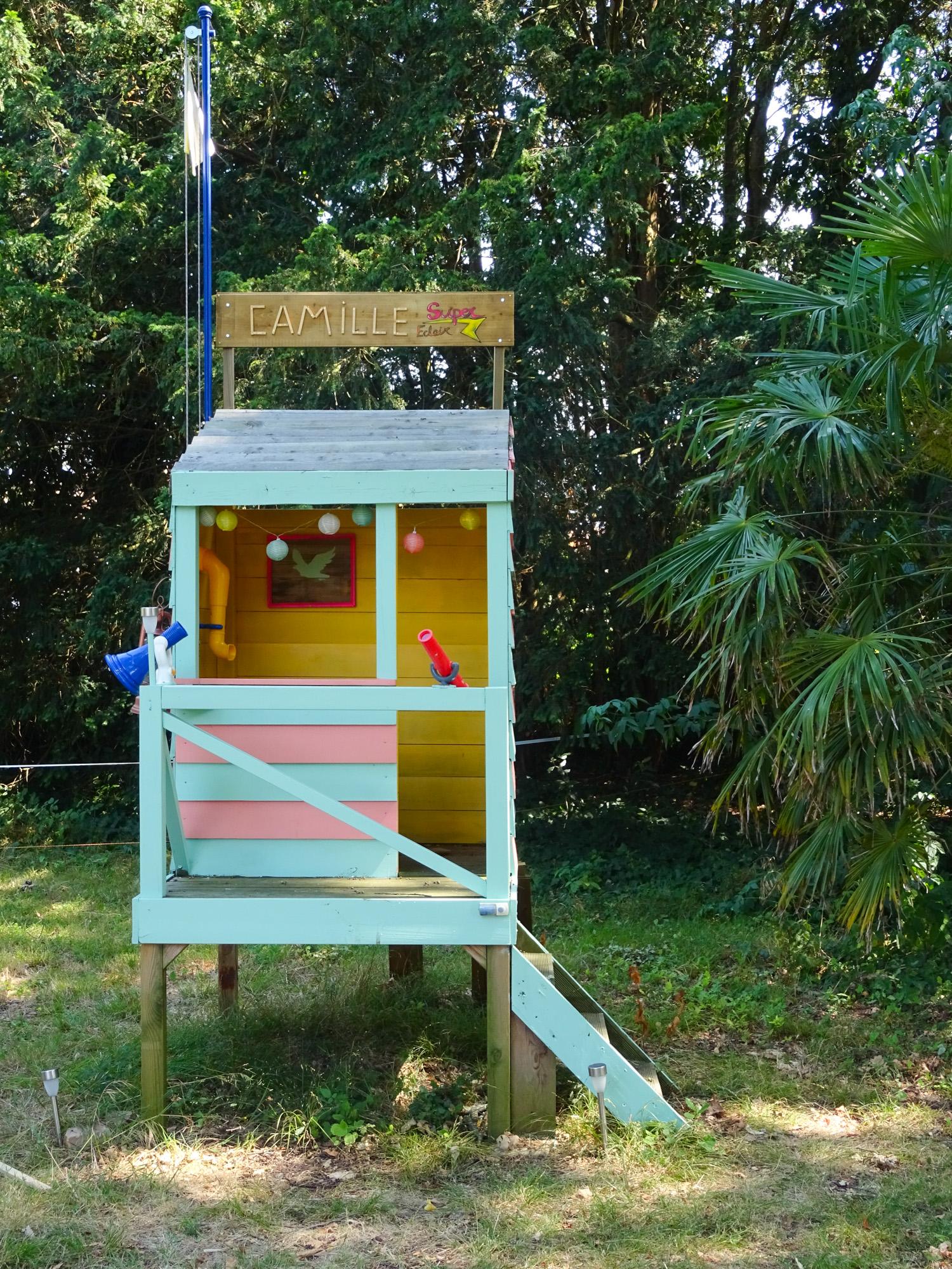 Cabane d'enfant en bois dans le jardin