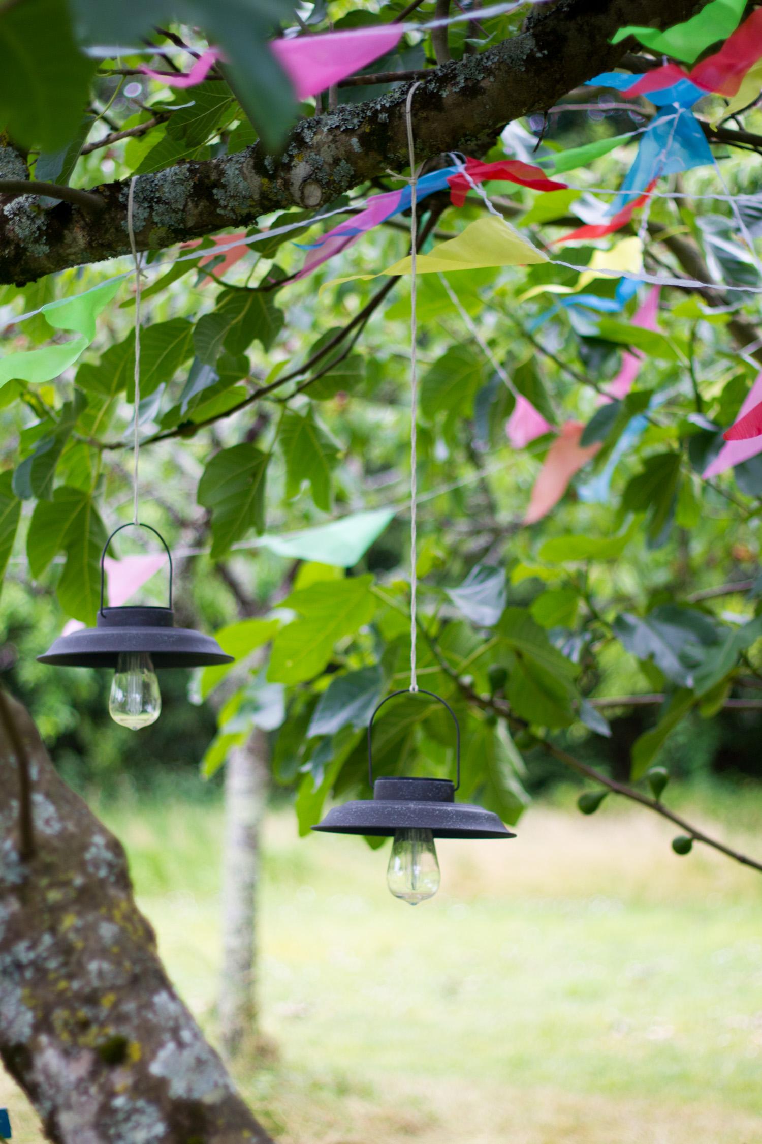 Jolie lampe solaire à suspendre dans un arbre du jardin