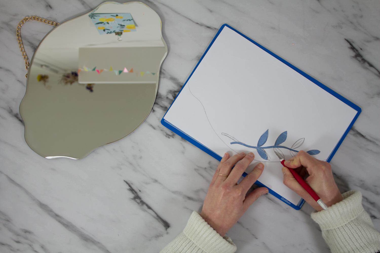 DIY miroir en fleurs séchées : découper les formes en papier