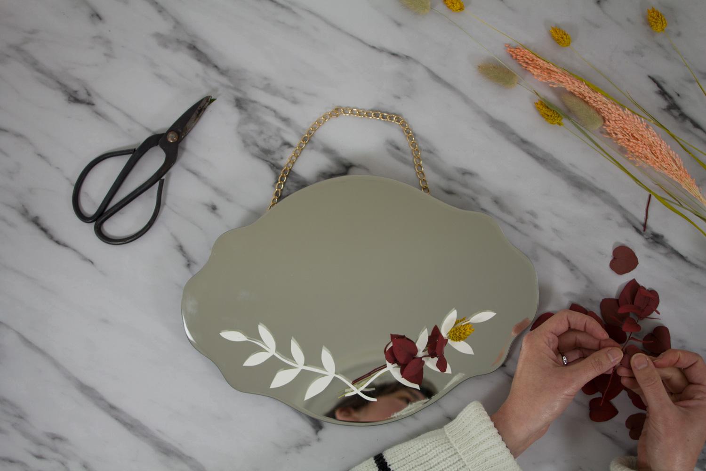 DIY miroir en fleurs séchées : ajouter les tiges de fleurs