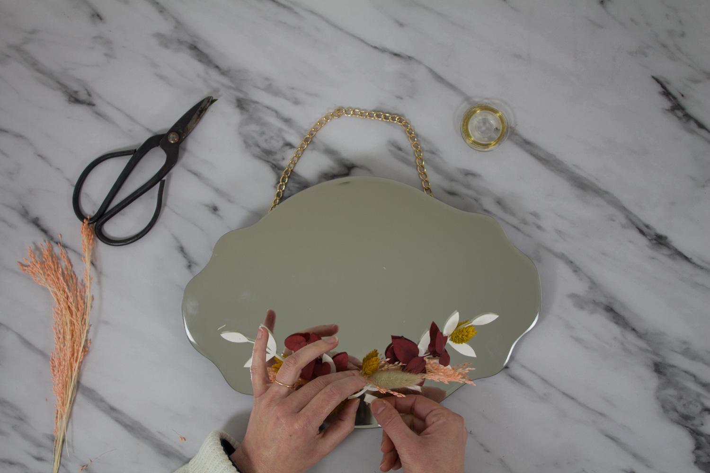 DIY miroir en fleurs séchées : coller le mini bouquet au milieu