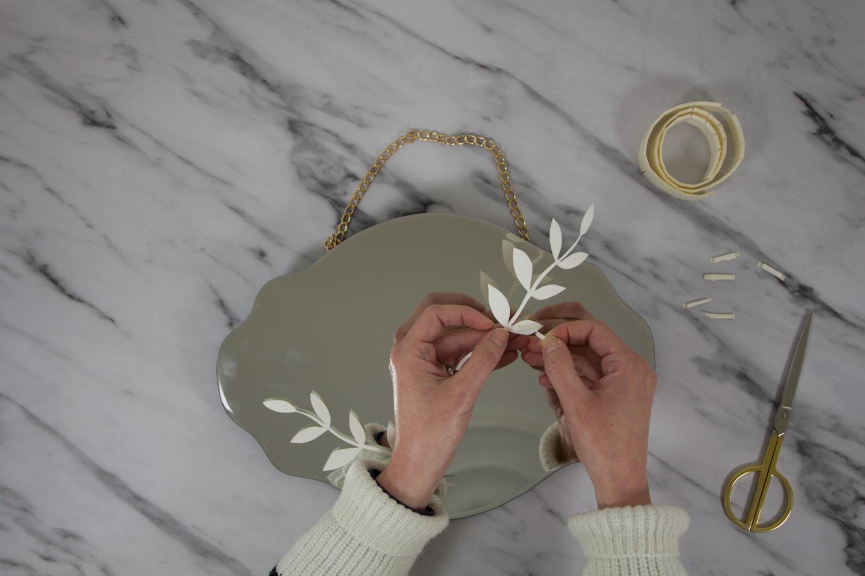 DIY miroir en fleurs séchées : coller les formes en papier
