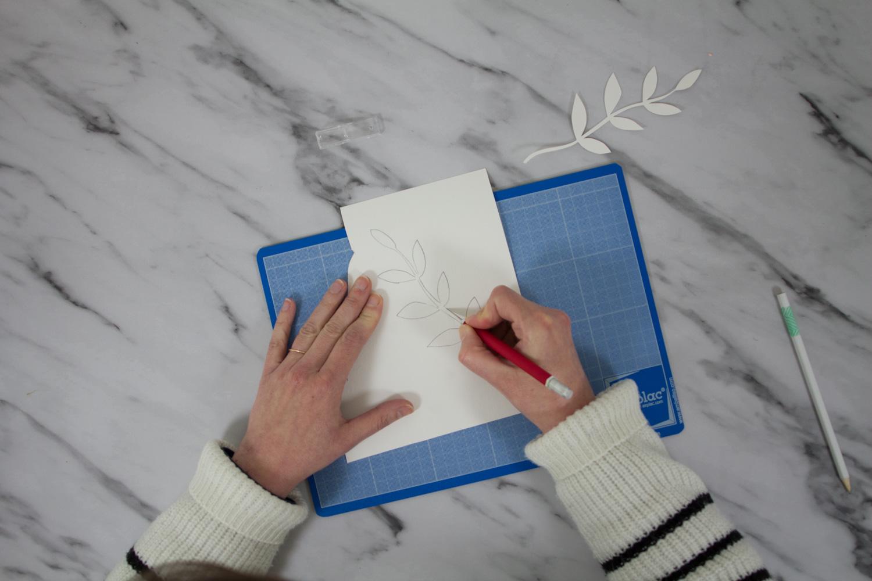 Papercut d'une tige de feuille dans du papier