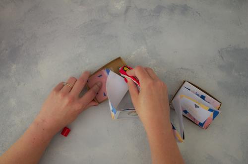 Coller l'accordéon de papier dans le fond de la boite