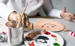 Enfant en train de peindre une assiette